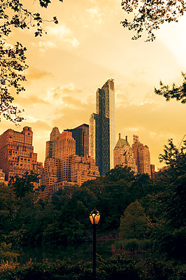 Hochhäuser am Central Park - p470m1223720 von Ingrid Michel