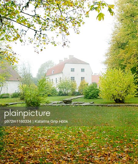 Gutshof im Herbst - p972m1160334 von Katarina Grip Höök