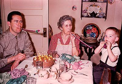 Multi-generation family celebrating birthday - p555m1444180 by PBNJ Productions