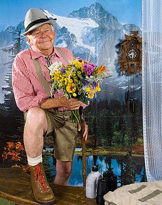 Alter Mann vor Berglandschafts Tapete - p6080029 von Jens Nieth
