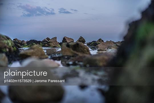 Steinige Küste - p1402m1573529 von Jerome Paressant