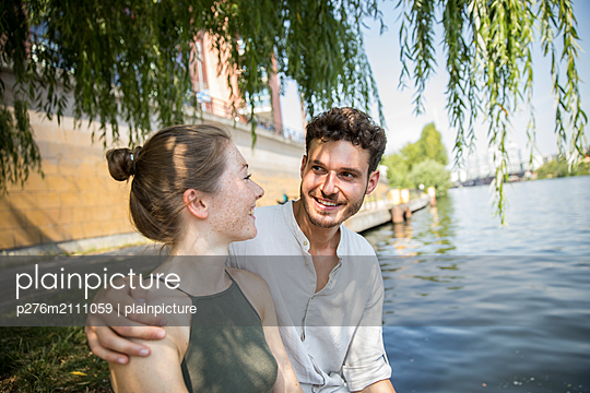 Young couple in Berlin at river Spree - p276m2111059 by plainpicture