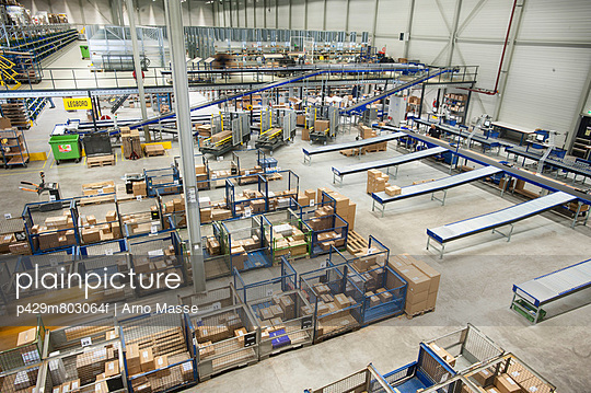 Assembling orders in distribution warehouse - p429m803064f by Arno Masse