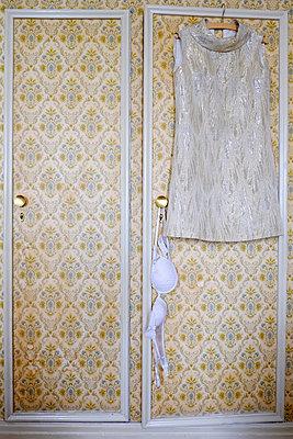 Minikleid und BH an Wandschrank - p1638m2248710 von Macingosh