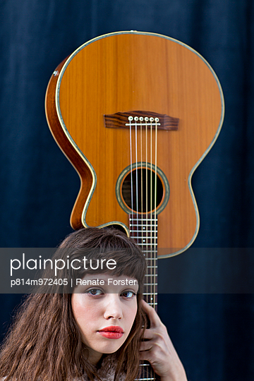 Gitarristin - p814m972405 von Renate Forster