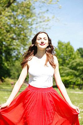 Junge Frau im Sonnenschein - p045m816843 von Jasmin Sander