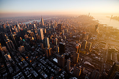 Sunset over Midtown Manhattan and Hudson Yards, New York City - p1166m2163012 by Cavan Images