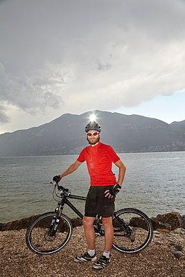 Mann mit Mountainbike - p1294m1508131 von Sabine Bungert
