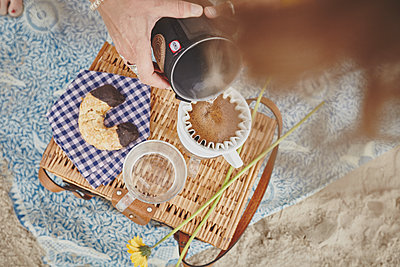 Picnic with freshly brewed filter coffee on the beach - p1573m2178932 by Christian Bendel
