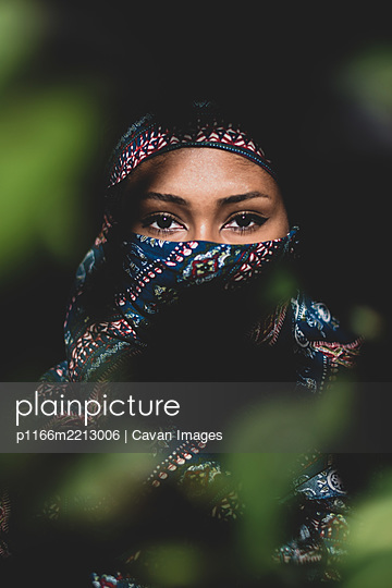 Young woman wearing a hijab - p1166m2213006 by Cavan Images