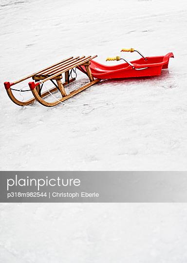 Holz vs. Plastik - p318m982544 von Christoph Eberle