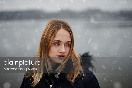 Frau im Schnee - p890m2232227 von Mielek