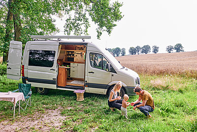 Family with toddler camping - p1124m2229012 by Willing-Holtz