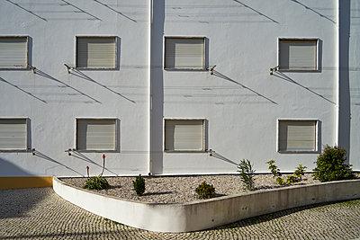 Siedlung mit geschlossenen Fensterläden - p1312m1222417 von Axel Killian