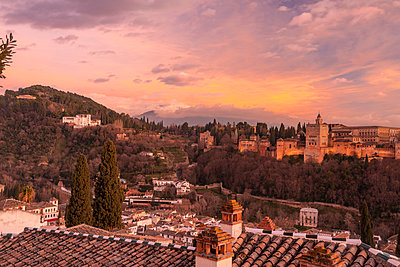 Spain, Granada, View of the Alhambra Palace with Sierra Nevada in the background - p1332m2205604 by Tamboly