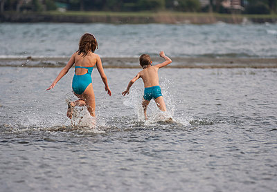 Italy, Lombardy, Province Como, Lake Como, Playing children - p300m941028f by Andreas Pacek