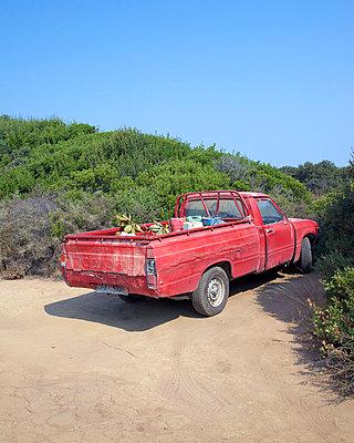Roter Pick-Up - p606m741188 von Iris Friedrich
