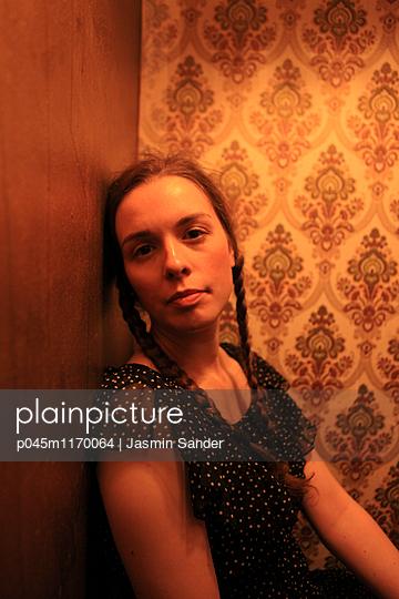 Frauenportrait vor Retro-Tapete - p045m1170064 von Jasmin Sander