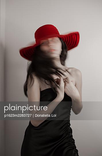 Mädchen mit rotem Hut, Portrait - p1623m2283727 von Donatella Loi