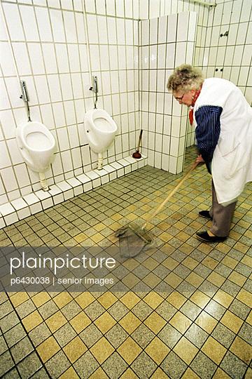 Klofrau wischt den Boden  - p6430038 von senior images