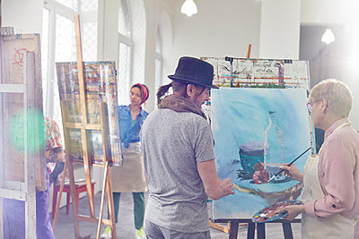 Artists painting in art class studio - p1023m1506479 by Agnieszka Olek