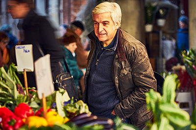 Mann betrachtet Gemüse auf einem Markt in Venedig - p1312m2082208 von Axel Killian