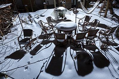 Verschneite Stühle - p362m1541428 von André Wagner