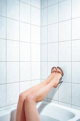 Frauenbeine im Bad - p750m2100680 von Silveri