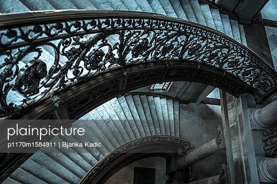 Verziertes Treppengeländer und Treppe - p1170m1584911 von Bjanka Kadic
