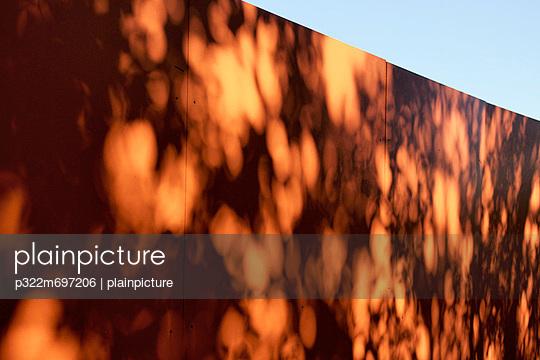 Zaun - p322m697206 von plainpicture