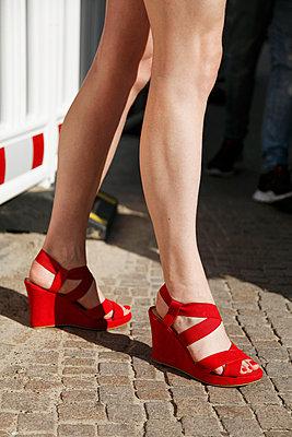 Frauenbeine und rote Schuhe - p1215m1017088 von Kim Keibel