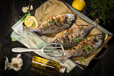 Grilled sea breams - p300m1580885 by Roman Märzinger