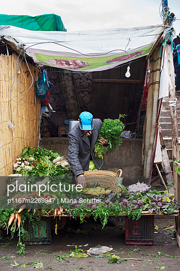 Morocco, Fes, Market stall with fresh vegetables - p1167m2269947 by Maria Schiffer
