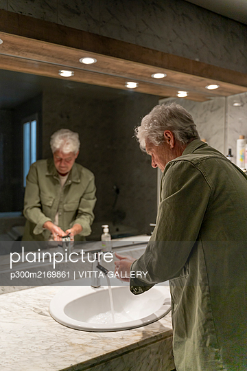 Man washing hands in bathroom - p300m2169861 by VITTA GALLERY