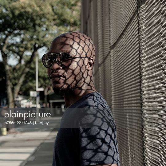 Portrait mit Schattenspiel - p758m2211243 von L. Ajtay