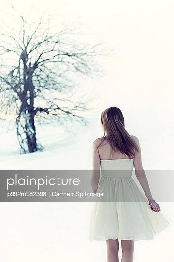 Frau im Schnee - p992m982398 von Carmen Spitznagel