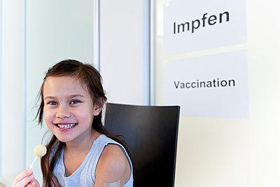 Kleines Mädchen mit Lutscher im Wartezimmer, COVID-19 - p1625m2254572 von Dr. med.
