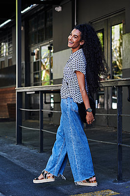 Black-haired woman in casual outfit in the city - p1640m2246166 by Holly & John