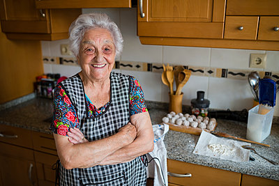 Portrait of happy senior woman in the kitchen - p300m1469989 by Ramon Espelt