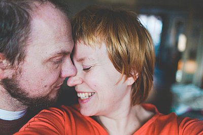Selfie of a happy affectionate couple - p300m2103286 by Irina Heß