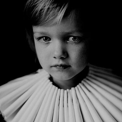 Kind mit Papierkragen - p567m1530079 von Maria Stijger