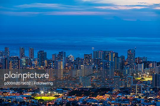 USA, Hawaii, Oahu, Pacific Ocean, Skyline of Honolulu, blue hour after sunset - p300m2079632 by Fotofeeling