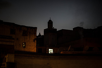 Light of a window at night - p1007m2092415 by Tilby Vattard