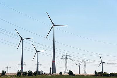 Windpark mit Überlandleitungen - p1079m1042132 von Ulrich Mertens