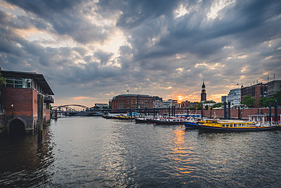 Germany, Hamburg, inland harbour with St. Michaelis Church in background - p300m2012688 von Kerstin Bittner