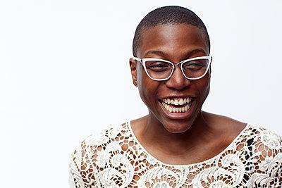 Smiling stylish woman wearing eyeglasses - p555m1409856 by Granger Wootz