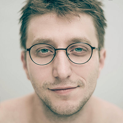 Portrait of smiling Caucasian man wearing eyeglasses - p555m1444267 by Vladimir Serov