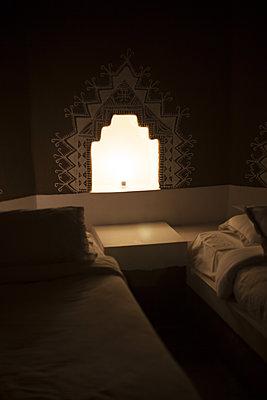 Orientalisches Schlafzimmer - p596m1222167 von Ariane Galateau