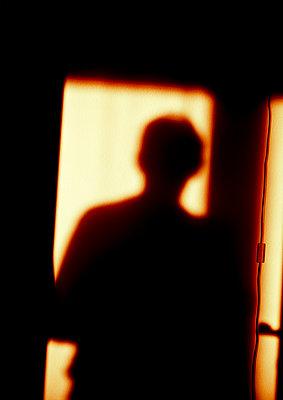 Silhouette eines Mannes - p979m1088553 von Martin Kosa