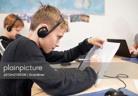 Girl in classroom using laptop - p312m2190336 by Scandinav